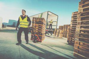 trabajador en camión con trampilla elevadora